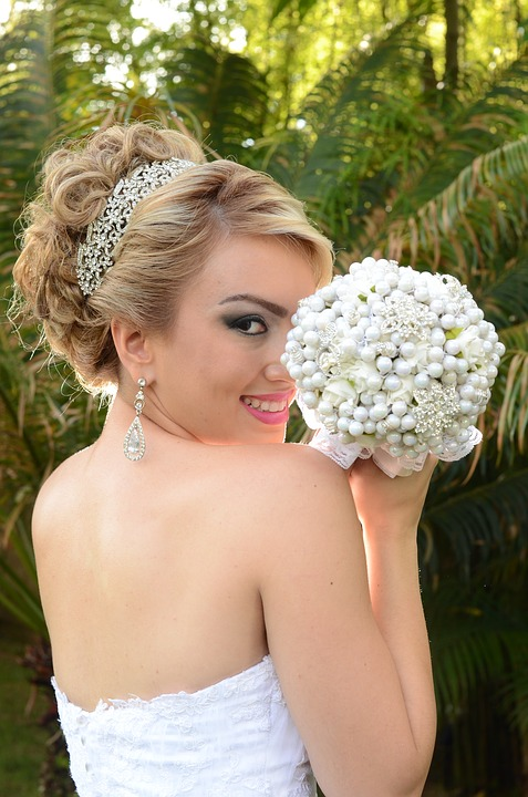Glowing Skin bride with bouquet