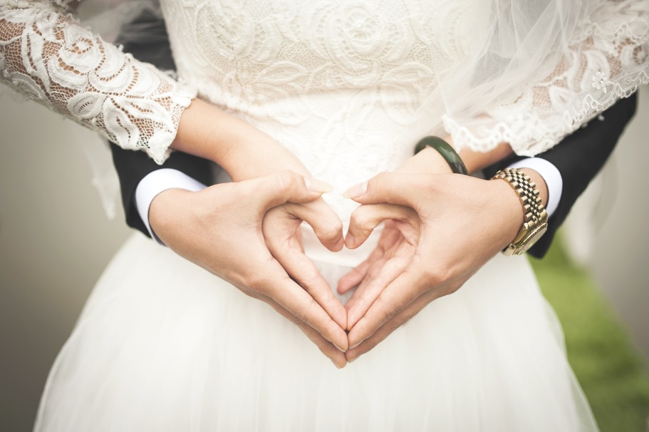"You'll Be Glad to Know These 10 Wedding Tips First Before You Say ""I Do"" wedding hand heart"